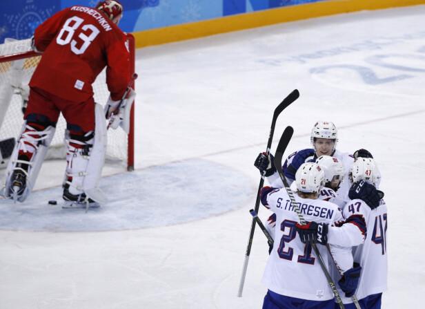REDUSERING: Alexander Bonsaksen (nummer 47) scoret reduseringsmålet til 1-3, men spenningen varte ikke lenge. Russerne viste seg et par nummer for store, og er klare for semifinale, mens Norge er ferdigspilt. Foto: Brian Snyder / Reuters / NTB Scanpix