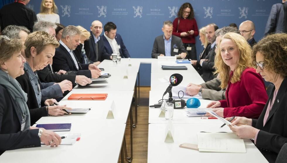 FORHANDLINGER: Arbeids- og sosialminister Anniken Hauglie fra Høyre leder forhandlingene om ny offentlig tjenestepensjon. Her fra da forhandlingene startet tidligere i februar. Foto: Vidar Ruud /  NTB scanpix