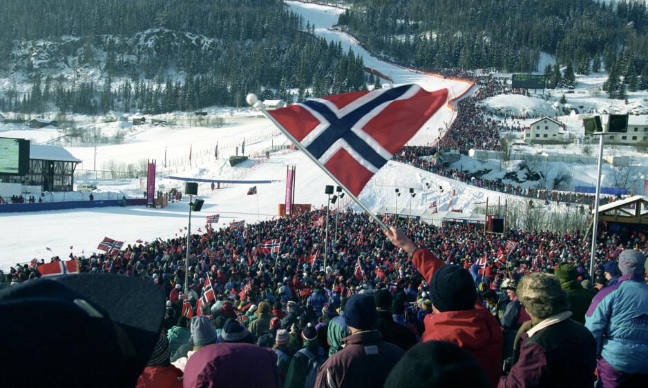 DET GLEMTE DRAMAET: Stor stemning i Kvitfjell under Super G for menn 17. februar 1994. Da hadde krigen mellom regjeringen og den gjenstridige ordføreren i Ringebu gått inn i våpenhvile om den omstridte alpinløypa. Foto: Jan Greve, NTB Scanpix.