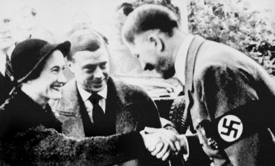 MØTTE HITLER: Kong Edward 8. sa fra seg den engelske tronen for å gifte seg med amerikanske Wallis Simpson. I 1937 besøkte de tyske byen Berchtesgaden hvor de traff Adolf Hitler. Bildet er tatt da hertugparet traff Hitler i Munchen samme år. Foto: Scanpix