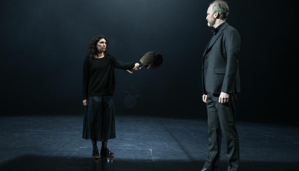 SIVIL ULYDIGHET: Antigone (Sara Khorami) trosser Kreon (Jon Bleiklie Devik). Foto: Erika Hebbert, Det Norske Teatret