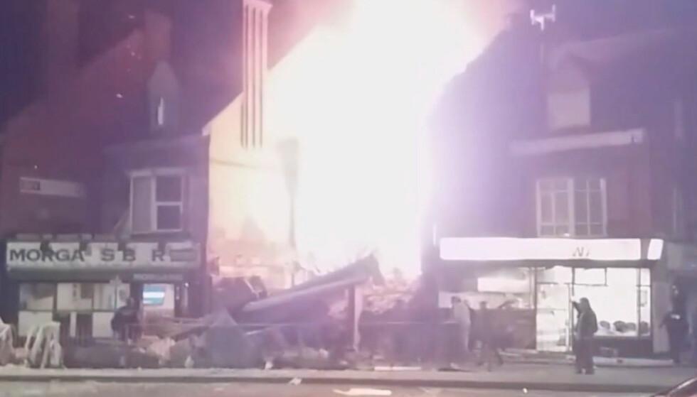 EKSPLOSJON: Flammene sto i været etter eksplosjonen i Leicester i England i forrige uke. Foto: FACEBOOK/DAVID CRITCHLOW/via REUTERS