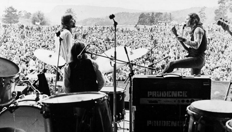 PÅ FESTIVAL: Prudence, her med avdøde Per Erik Wallum (t.v.), Åge Aleksandersen og Kaare Skevik jr. (med ryggen til) fotografert i 1975, noen måneder før de ga seg. Foto: Geir Bølstad/Dagbladet