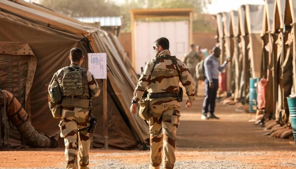 NIGER: Amerikansk og fransk terroristjakt er, sammen med innsatsen for å holde flyktninger og migranter ute, sentrale elementer i våre alliertes forsvarssamarbeid med regimet i Niger. Nå er en avtale på plass om status for de norske styrkene som driver med kapasitetsbygging i Niger. Hva det innebærer vet vi ikke, skriver artikkelforfatteren. På bildet er den franske militærbasen i hovedstaden Niamey, avbildet. Foto: AFP PHOTO / NTB scanpix