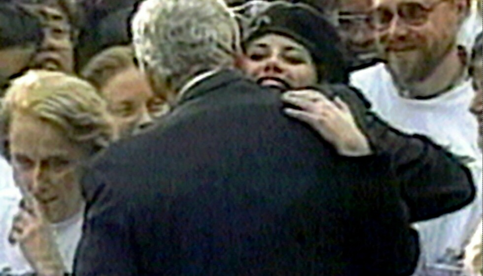 AFFEKSJON: Her er Lewinsky og Clinton filmet mens de gir hverandre en klem utenfor Det hvite hus i 1996. To år seinere ble det kjent at de to hadde hatt en affære. Foto: NTB scanpix