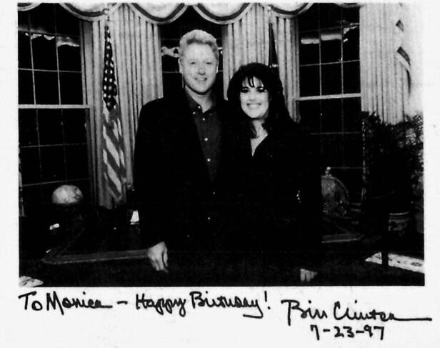 MAKTMISBRUK: Lewinsky fikk dette kortet i 1997 av Clinton. I dag ser hun på forholdet de hadde som noe helt annet. I et essay beskriver hun den skjeve maktfordelingen, som #MeToo-kampanjen har fått henne til å sperre øynene opp for. Foto: NTB scanpix