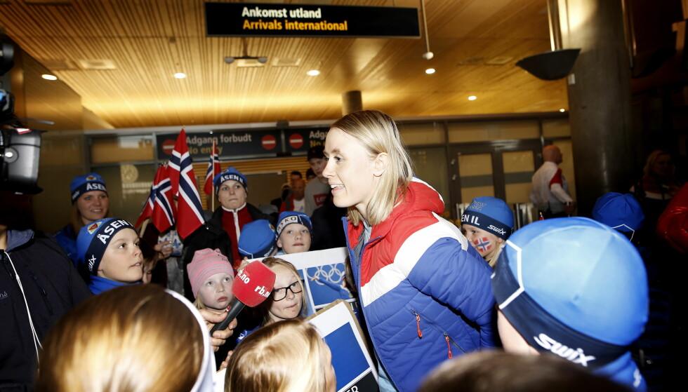 POPULÆR: Ragnhild Haga ble raskt flokket om i ankomsthallen på Gardermoen mandag ettermiddag. Foto: Anita Arntzen / Dagbladet