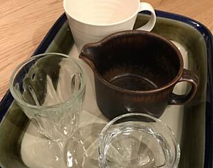 Knuste melkeglass, ildfaste former, keramikk, krystall og kaffekopper skal kastes i restavfallet. Foto: Aase Dotterud