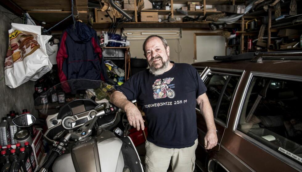 TRANGT OM PLASSEN: Bjørn Alvarstein (75) har plass til ti biler i garasjen. Her står både amerikanere og andre glis han mekker på. Han kjører motorsykkel omtrent hele året, og helst en sekssylidret BMW. Dem har det blitt en del av, både før og etter at han vant i Lotto, totalt 40 stykker. Foto: Lars Eivind Bones.
