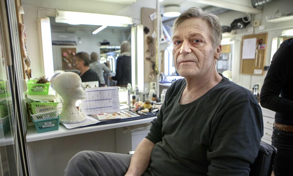 SPILLER EN DRITTSEKK: For 24 år siden hadde Terje Strømdahl hovedrollen i «Engler i Amerika». Nå spiller han drittsekken Roy Cohn, - homofornekteren, advokaten og rådgiveren som lærte opp Donald Trump. - Jeg må sminkes likblek for å framstå som den aidssyke Cohn, sier Strømdahl. Foto: Anders Grønneberg