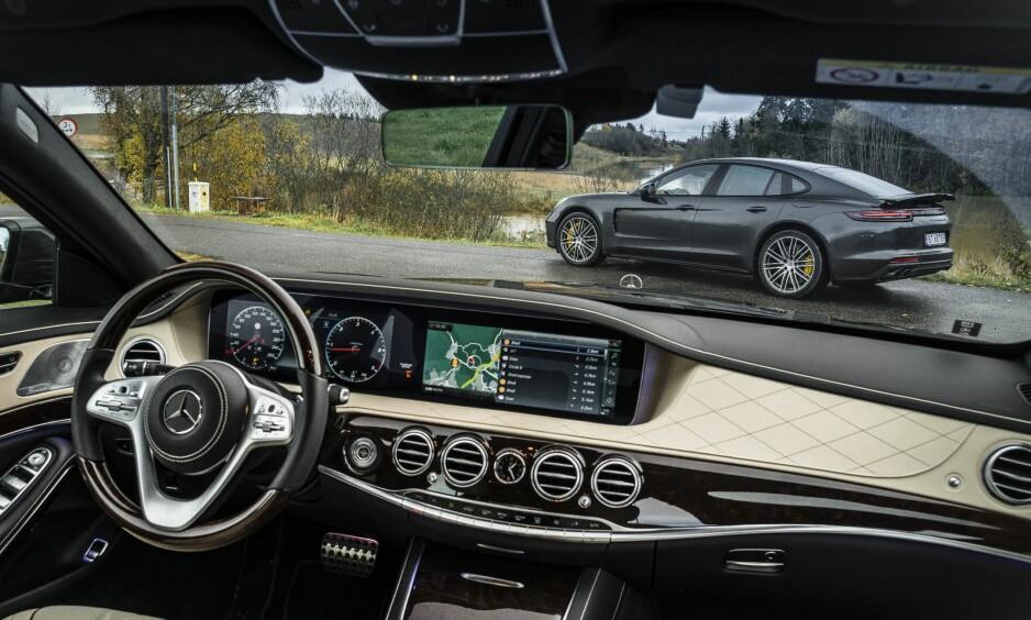 EN REISE PÅ FØRSTE KLASSE: Mercedes-Benz S400 4Matic i duell mot Porsche Panamera Turbo S-E Hybrid. Reisen er uansett på første klasse, men spørsmålet du må stille deg er om du vil ha komfort eller sport. Alle foto: Jamieson Pothecary
