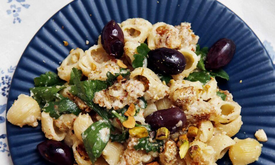 HELT NØTT: På Sicilia er det vanlig å bruke flere typer nøtter og kjerner i pastaen. Her er en blanding av pistasjnøtter, mandler, valnøtter og pinjekjerner.