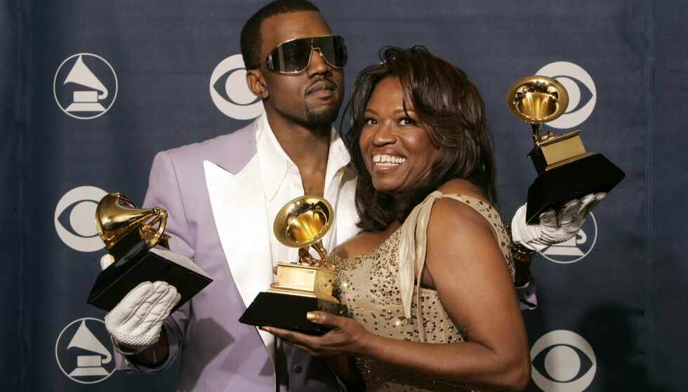 <strong>MISTET MORA:</strong> Kanye West og mora Donda var svært nære. Han tok det derfor svært tungt da hun døde i 2008 etter kompliasjoner etter en operasjon. Her avbildet sammen i 2006, to år før hennes dødsfall. Foto: NTB scanpix