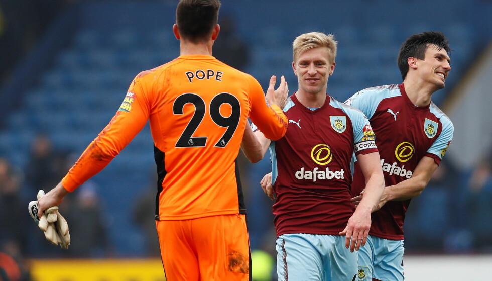 SMILER: Nick Pope feirer med Ben Mee etter kampen mot Pope og Everton. Foto: Reuters/Jason Cairnduff
