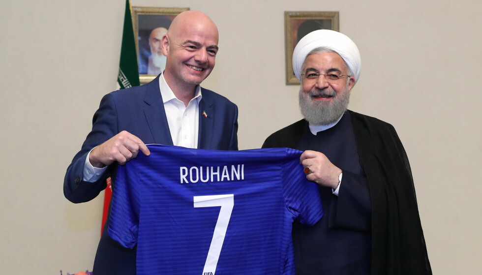 MANNSDOMINERT: I Iran er det kun menn som får overvære herrekamper. Gianni Infantino var på Teheran-derby torsdag, sammen med bare menn. I løpet av sitt to dagers besøk i Iran fikk han også snakket med Irans president Hassan Rouhani. Foto: AFP PHOTO / IRANIAN PRESIDENCY / NTB scanpix