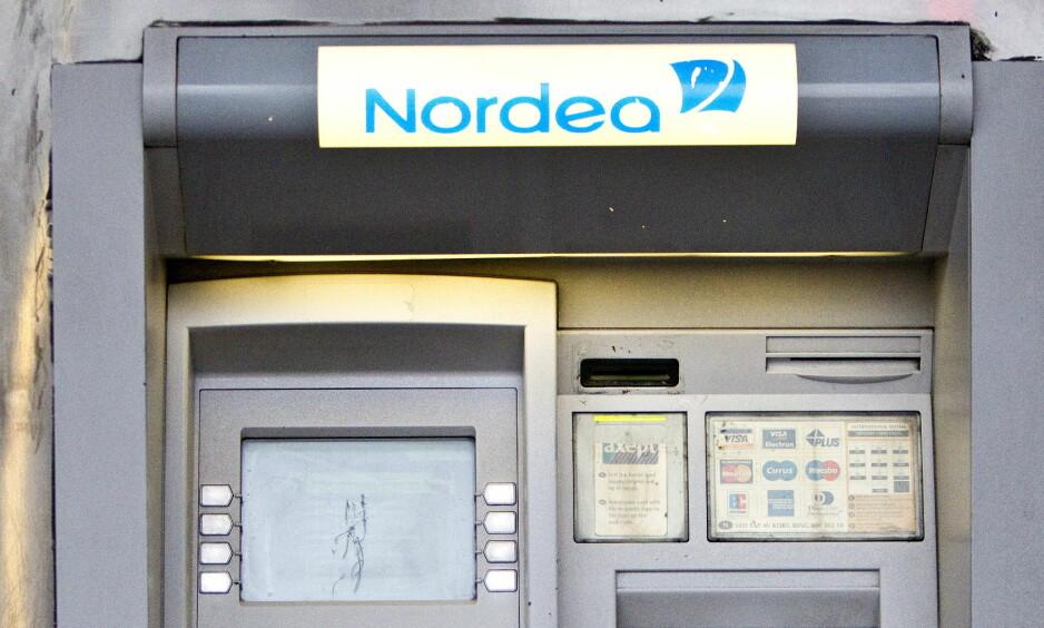 ETTERLYSER MINIBANKKUNDE: En kvinne gikk fra cashen i en Nordea-minibank i Molde lørdag.Illustrasjonsfoto: Gorm Kallestad, NTB Scanpix .