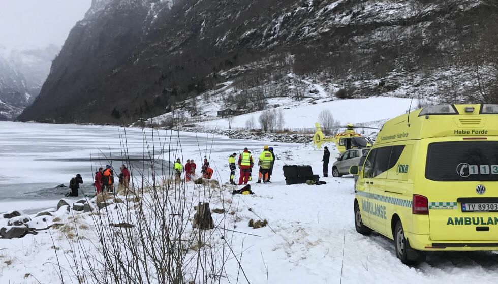 OMKOM: En traktor med fører gikk gjennom isen på Oldevatnet i Stryn lørdag ettermiddag. Føreren døde av skadene søndag. Foto: Jogeir M. Agjeld. / NTB scanpix