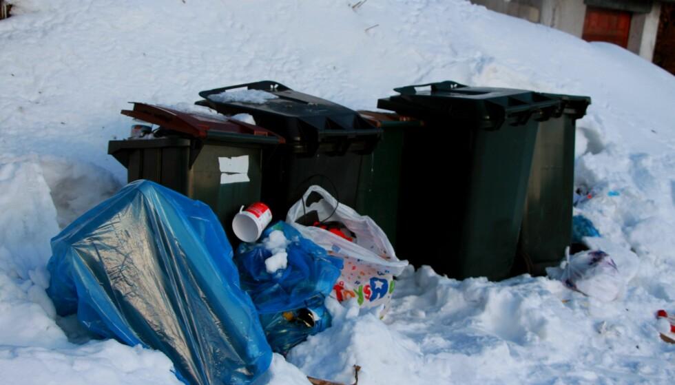 FRUSTRERTE: Terje Roar Tollefsen og naboenes plast- og papiravfall har ikke blitt hentet på flere måneder. Foto: Kenneth Lia Solberg/Dagsavisen Fremtiden