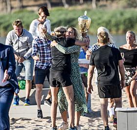 KLEM FRA VENNINNEN: Hammerseng-Edin og Isabel Blanco gir hverandre en etterlengtet klem etter seieren. Foto: Thomas Rasmus Skaug / Dagbladet