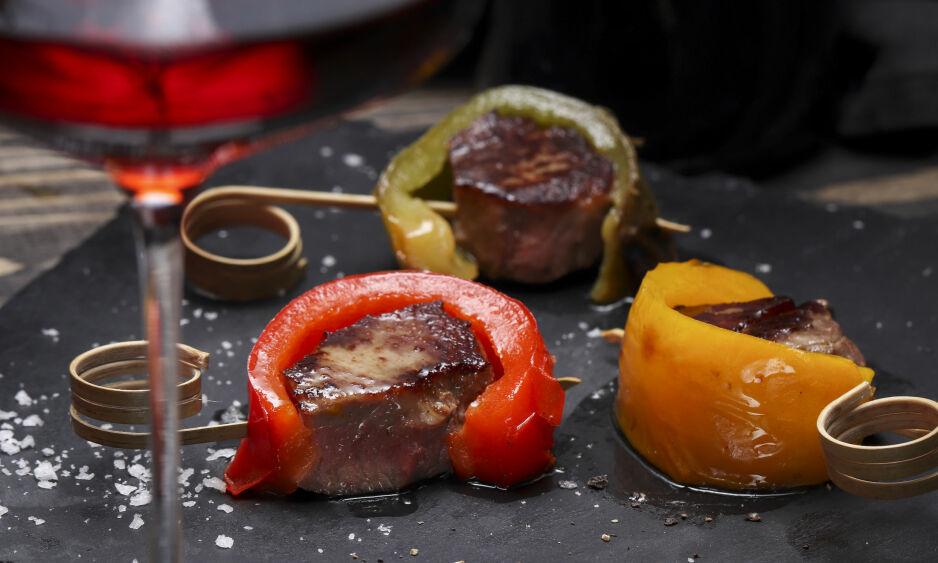 SMÅMAT TIL VINEN - LAM OG PAPRIKA: - Du tar en dobbel lammekotelett og en paprika. Bak hele paprikaen i ovnen på 200 grader til den får noen svarte felter.   Ta den ut av ovnen og skjær i strimler.   Skjær ut biter av koteletten. Stek dem på høy varme i litt olje, de skal helst være litt rosa i midten.   Legg paprikabitene rundt kjøttet og fest med en tannpirker eller liknende, foreslår matredaktør Christopher Sjuve. Foto: Lisbeth Michelsen