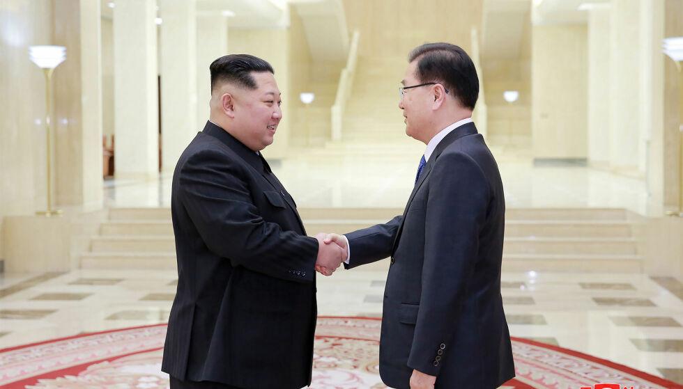 HISTORISK MØTE: For første gang på ti år, er en sørkoreansk regjeringsdelegasjon på plass i Nord-Korea. Kim Jong-un hilser på Chung Eui-yong. Foto: AFP/ NTB scanpix