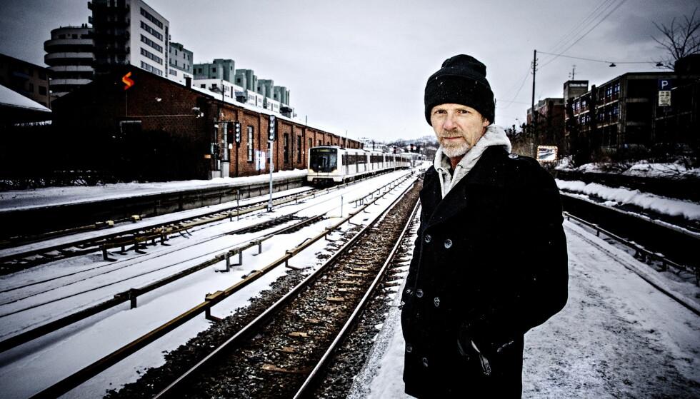 DYSTERT: Krimkongen Jo Nesbø, , aktuell med sin versjon av «MacBeth», i nærheten av der han bor, på Majorstua stasjon i Oslo. Foto: Nina Hansen