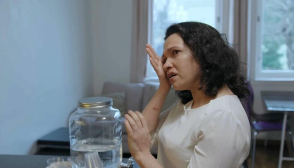 TYDELIG PÅVIRKET: Tin Moe Hlaing blir raskt følsom når det snakkes om familiens økonomiske situasjon. Foto: TV3