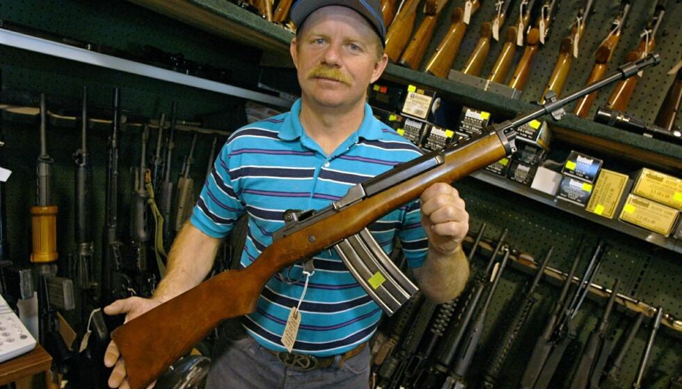 FORBUDT: En amerikansk våpenhandler viser frem en modifisert utgave av riflen Ruger Mini 14, som blir forbudt etter den nye våpenloven.Foto: Troy Maben/ AP/ NTB Scanpix