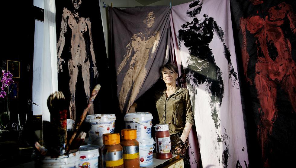 FEMINISTISK PROSJEKT: I fjor sommer testet Mack ut Klein-inspirerte avtrykk av sin egen kropp i akrylmaling. Etter høstens MeToo-kampanjen strømmet det på med folk som ønsket å delta, og Elin bestemte seg for å lage utstilling. Foto: Anita Arntzen