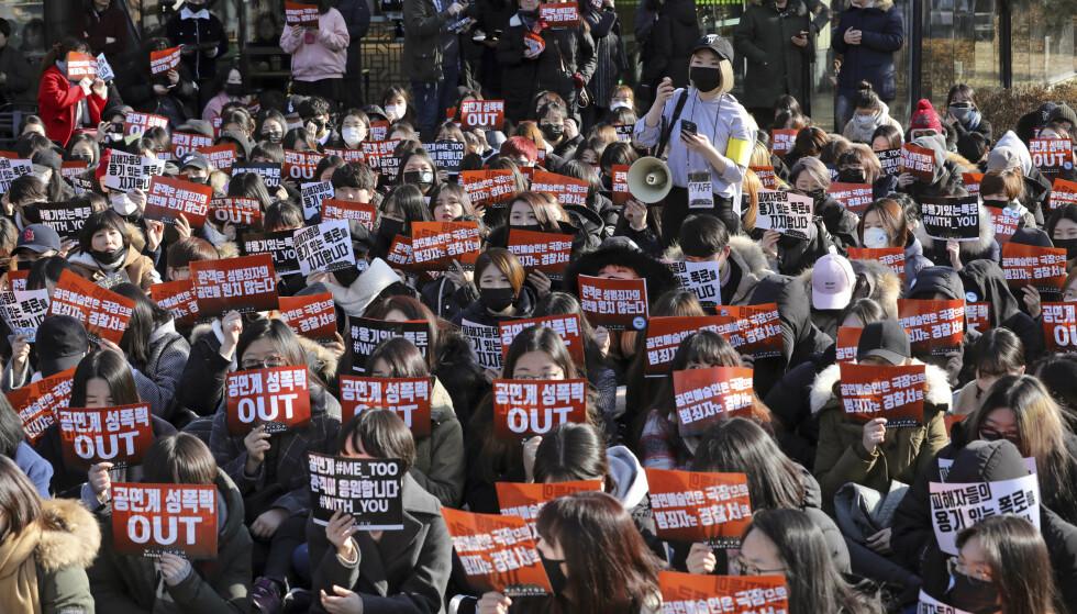 REVOLUSJON: Metoo-bevegelsen har gått verden rundt og tvunget frem endring. Sør-Koreas president Moon Jae-in oppfordret politiet til å etterforske sexovergrep etter denne demonstrasjonen i Seoul for noen dager siden. Men norske politikere har verdens beste likestillingspolitikk som de ikke bruker, skriver Marie Simonsen i en kommentar til 8. mars. Foto: Park Jin-hee/Newsis