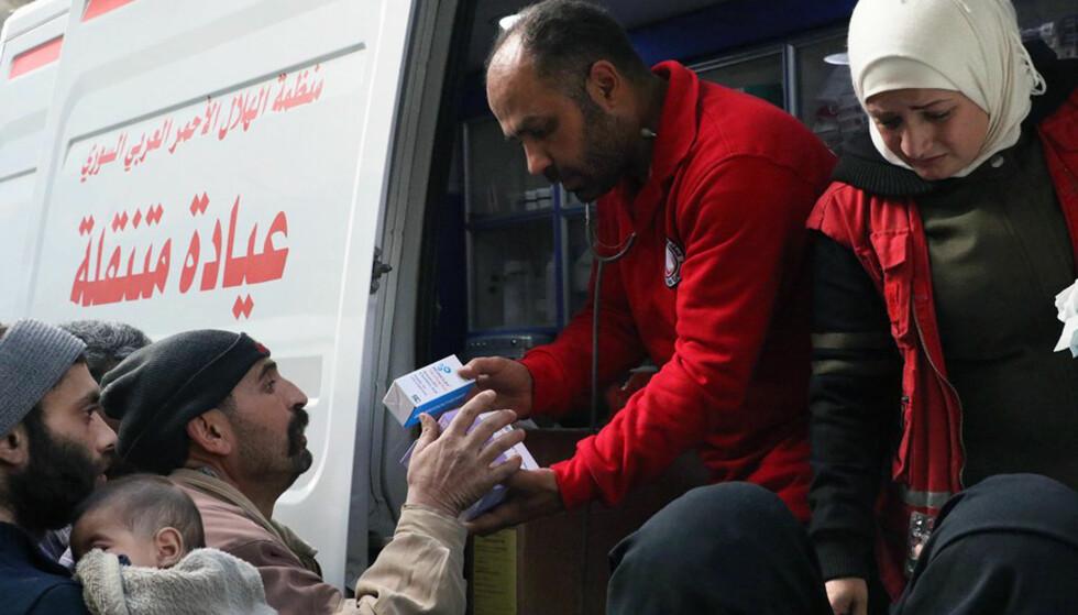 BISTÅR MED NØDHJELP: FN sender inn en ny nødhjelpskolonne inn i Øst-Ghouta. Foto: Røde kors i Syria / AP / NTB scanpix