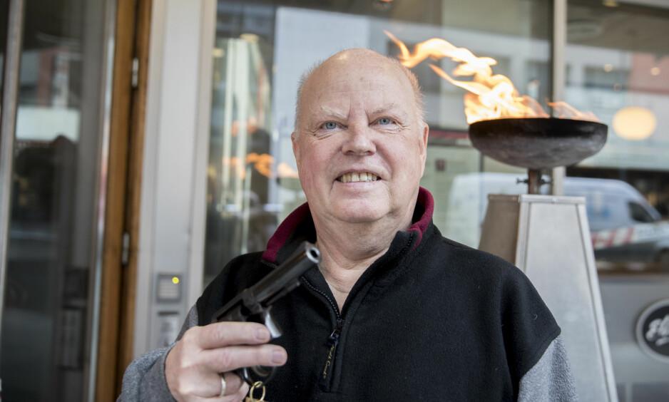 RIVERTON x 2: Forfatter Tor Edvin Dahl med Rivertonklubbens ærespris, Den gyldne revolver. Det er hans andre Rivertonpris. Foto: Vidar Ruud / NTB scanpix