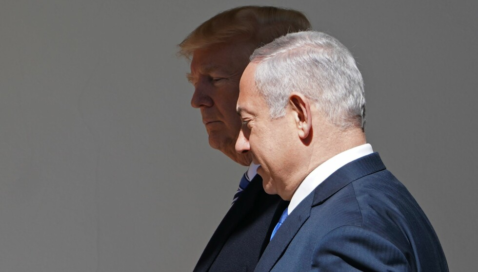 NÆRT FORHOLD: USA er Israels nærmeste støttespiller. I 2016 ga USA over 127 milliarder dollar i bistand til Israel, som gjør Israel til den største mottakeren av bistand fra USA siden 1945. Her tar USAs president Donald Trump i mot Israels statsminister Benjamin Netanyahu i Det hvite hus denne uka. Foto. Mendal Ngan / Afp / Scanpix