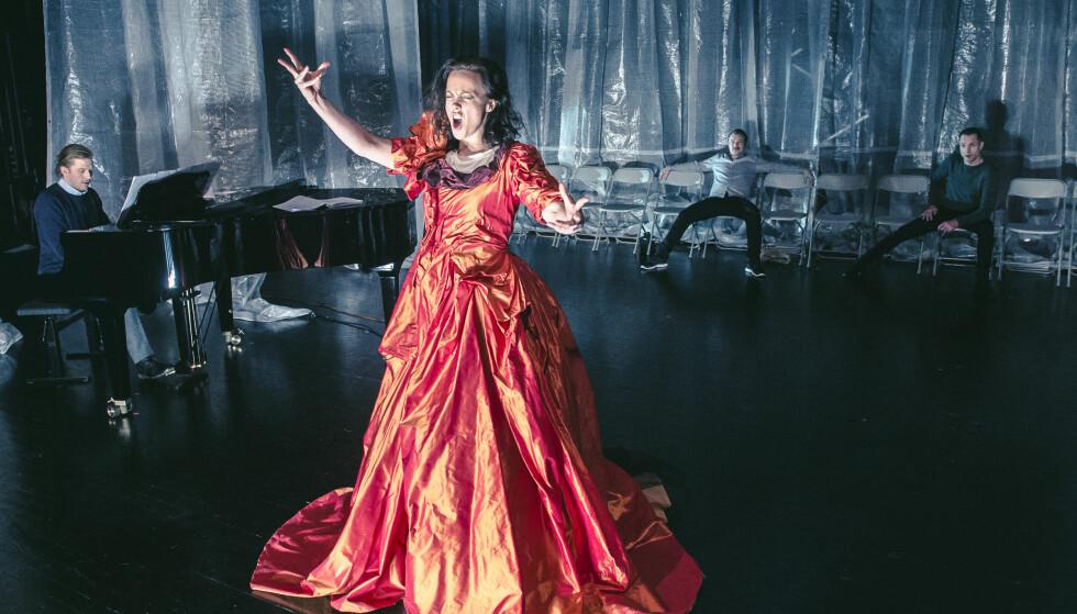 I RAMPELYSET: Ingeborg Sundrehagen Raustøl som Cally Monrad. I bakgrunnen: Petter Winther, Eivin Nilsen Salthe og Espen Reboli Bjerke. Foto: Dag Jenssen, Det Norske Teatret