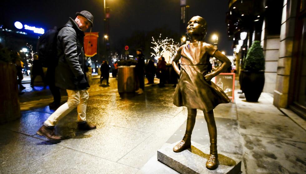NY SKULPTUR: I anledning kvinnedagen ble en kopi av verdensberømte «Fearless girl» avduket utenfor Grand Hotel Oslo på Kvinnedagen 8. mars. Foto: Lise Åserud / NTB scanpix