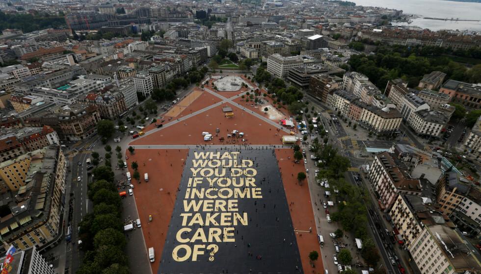 """<strong>STOR TANKE:</strong> En 8000 kvadratmeter stor plakat i Geneve, Sveits stiller spørsmålet: """"Hva ville du gjort hvis inntekten din ble sørget for?"""". Sveitserne stemte over et forslag om universell borgerlønn til sine innbyggere i juni 2016. Forslaget falt, etter å ha fått 23 prosent av stemmene. Foto: REUTERS/Denis Balibouse"""