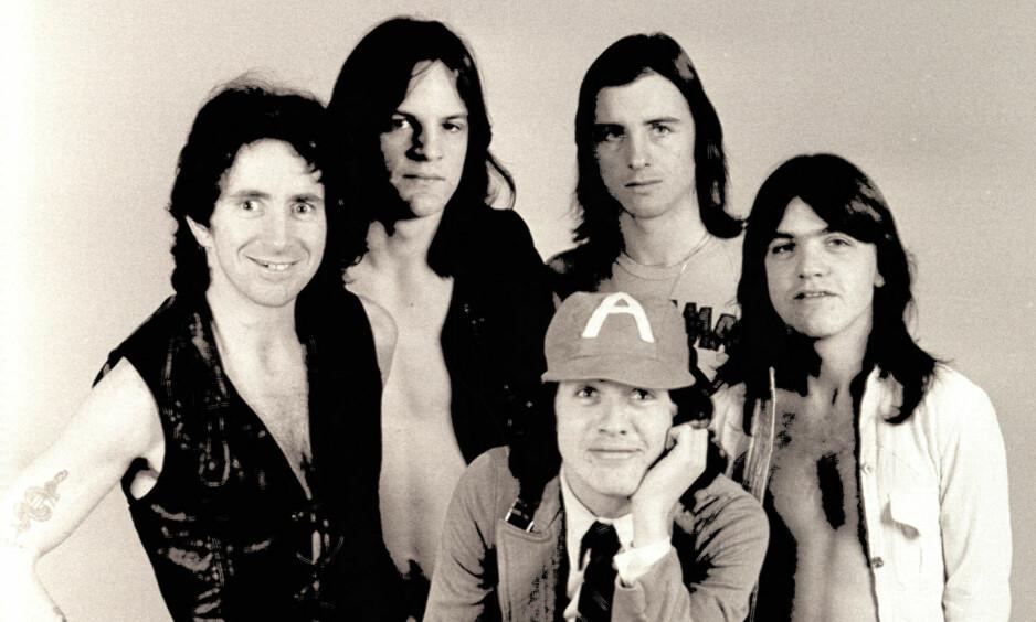 VEIEN TIL HELVETE: AC/DC fotografert i 1975, fire år før «Highway To Hell». Den ikoniske låta begeistret musikkinteresserte verden over. Foto: Murray / NTB scanpix