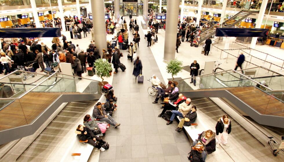 SJEKKES: Før man kommer helt ut til ankomsthallen, kan man bli bedt om å oppgi personnummer. Foto: Jeanne Kornum / NTB Scanpix