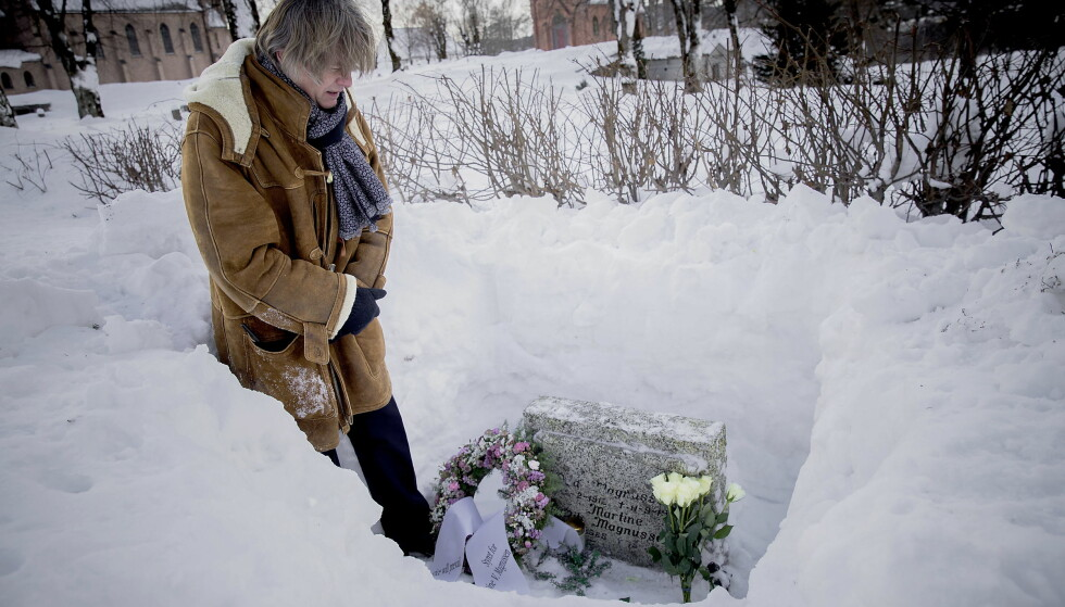 VED GRAVEN: Odd Petter Magnussen tenner lys ved graven til datteren Martine Vik Magnussen. Det er snart ti år siden hun ble drept i London. Foto: Bjørn Langsem