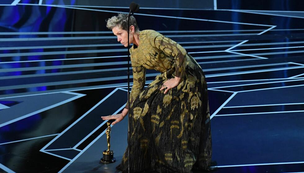 Oscar 2018: Frances McDormand setter Oscar-statuetten på gulvet og sier: «Det er på tide med litt perspektiv». Foto: Scanpix