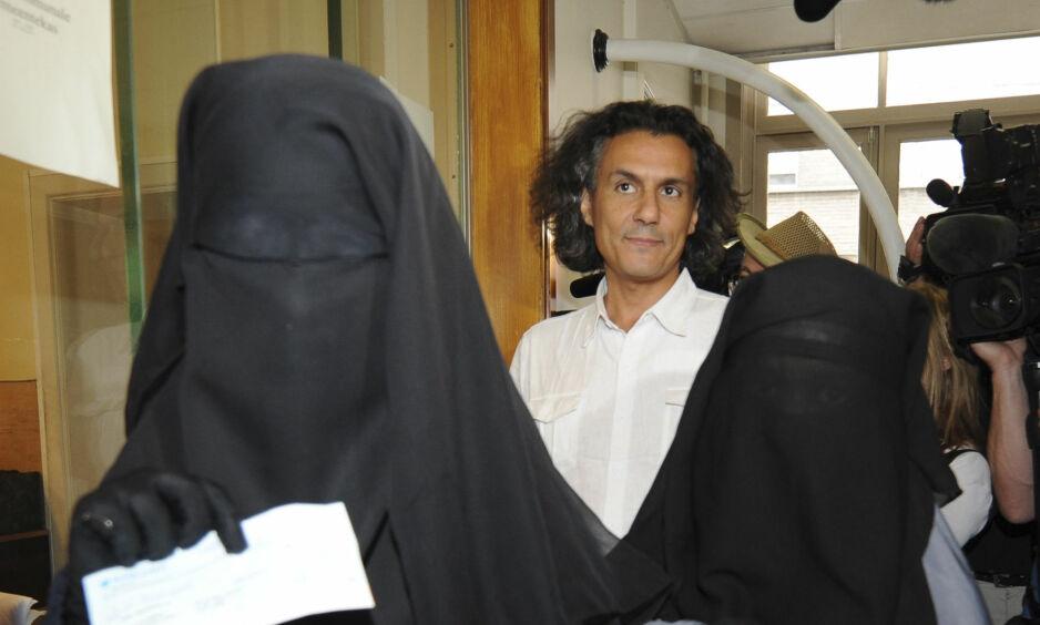 BETALER BØTENE: Rachid Nekkaz (i midten) sier han vil betale burkabøtene til kvinner som blir bøtelagt. Foto: Laurent Dubrule/Reuters/Scanpix NTB