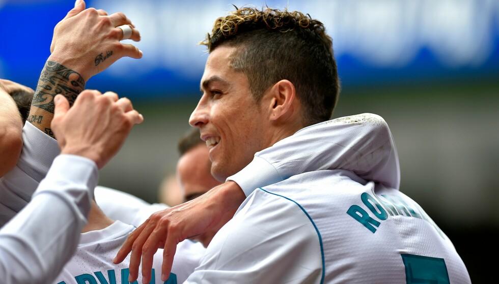 TO MÅL: Real Madrids Cristiano Ronaldo feirer med lagkameratene etter den andre scoringen mot Eibar. Foto: AFP PHOTO / ANDER GILLENEA