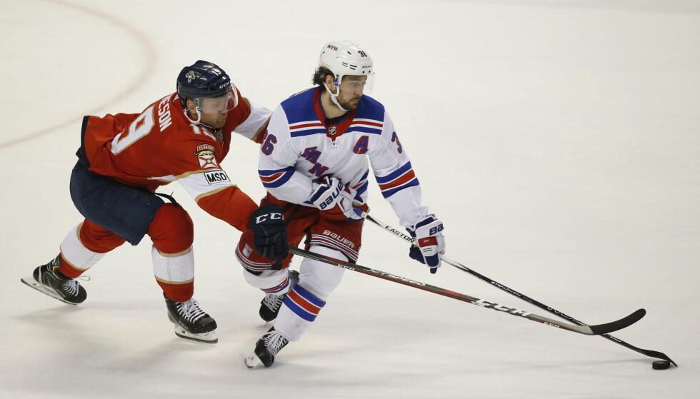 SCORET: New York Rangers' Mats Zuccarello i duell med Florida Panthers' Mike Matheson. Foto: Wilfredo Lee / AP / NTB scanpix