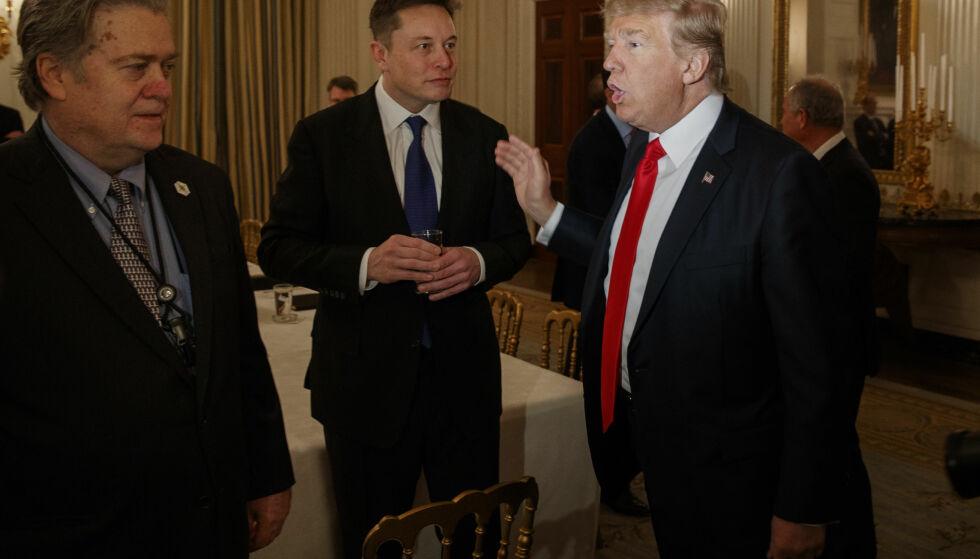 TOLL ELLER IKKE: President Donald Trump (t.h.) og Elon Musk (midten) er uenige. Trump hever nå tollgrensa for import av stål og aluminium i USA, mens Musk vil ha lavere toll over hele verden. Foto: AP/NTB Scanpix