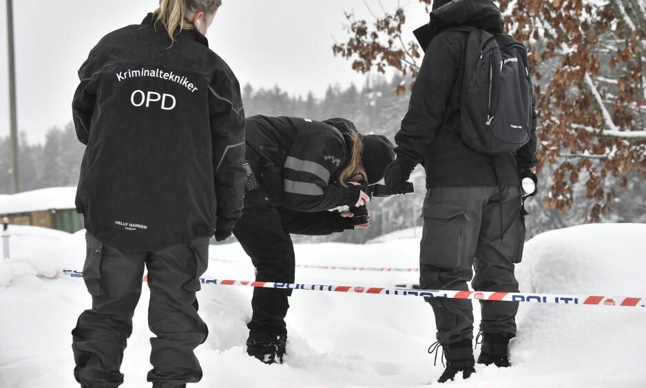 UNDERSØKER SPOR: Krimteknikere fra politiet undersøker spor etter skyting i et garasjeanlegg på Bjørndal i Oslo. Foto: Lars Eivind Bones / Dagbladet