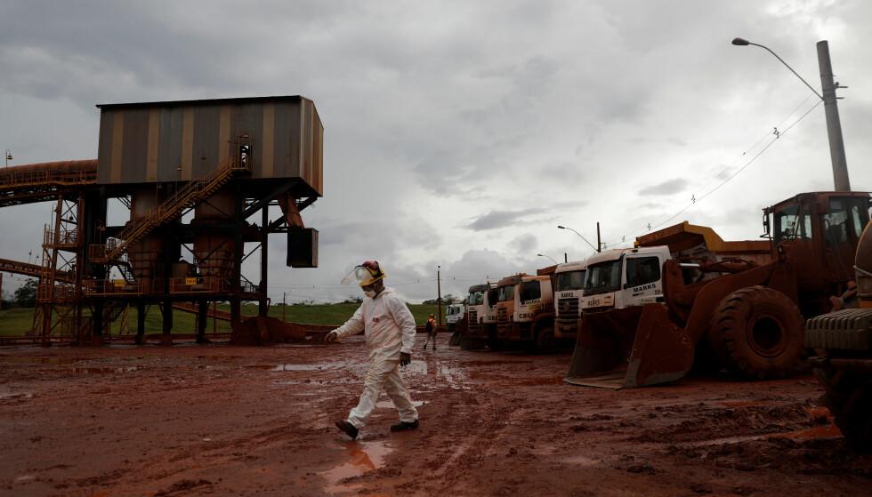 MÅ STILLE 340 MILLIONER: Fra Hydros Alunorte-fabrikk i Barcarena i delstaten Para. Det mørkede slammet er avrenning fra bauxitte - basisstoff for utvikling av aluminium. Foto: Ricardo Moraes, Reuters/NTB Scanpix.