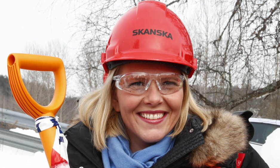 SVENSKE TILSTANDER: Justisminister Listhaug er ikke nevnt i artikkel vi har skrevet, men vi mente det var på sin plass på grunn av Rikets Sikkerhet og bringe dette bildet som viser at det er SVENSKE TILSTANDER i Norge. Se bare hva som står på hjelmen til Sylvi! Hvorfor reageres det ikke? Foto: NTB Scanpix