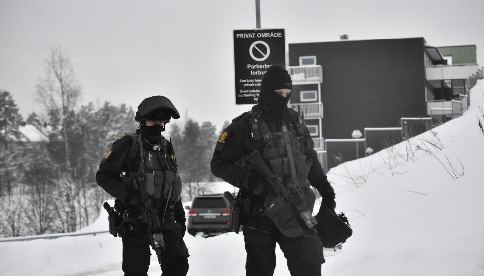 STYRKER PÅ PLASS: Store politistyrker var på plass på Bjørndal i Oslo da de fikk melding om skudd i et garasjeanlegg. En mann er kritisk skadd. Foto: Lars Eivind Bones / Dagbladet