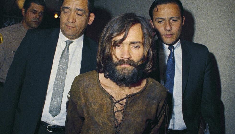 1969: Charles Manson blir ført inn i retten i 1969, tiltalt for mordet på skuespiller Sharon Tate. Arkivfoto: AP/NTB Scanpix.