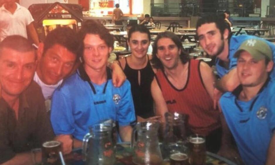 SKJEBNESVANGER TUR: Thomas English (i blått til venstre) holdt på å dø i Tenerife. Her er han avbildet med flere venner. Foto: Privat